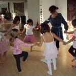Sophie Nguyen-Son fait danser les enfants en ronde